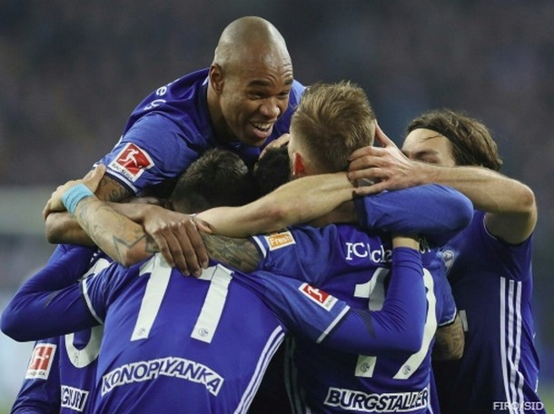 Schalke geht kurz vor der Pause in Führung