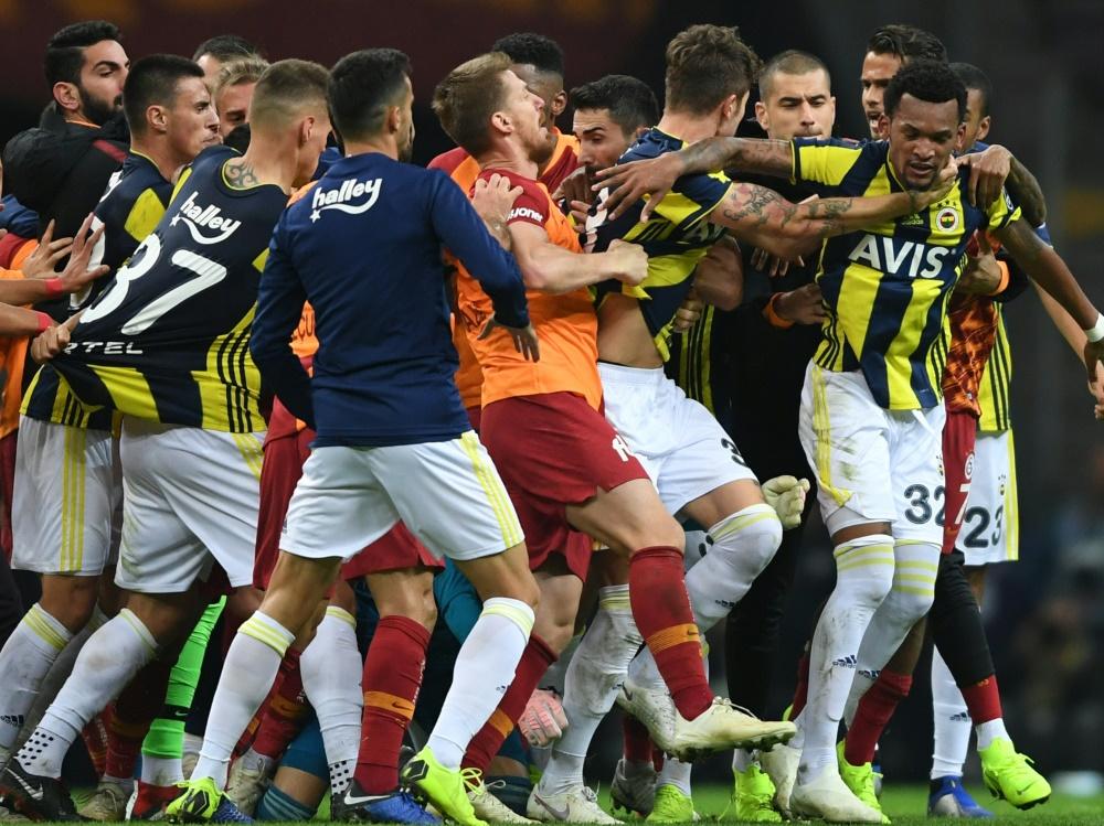 Das Istanbul-Derby endete in Tumulten