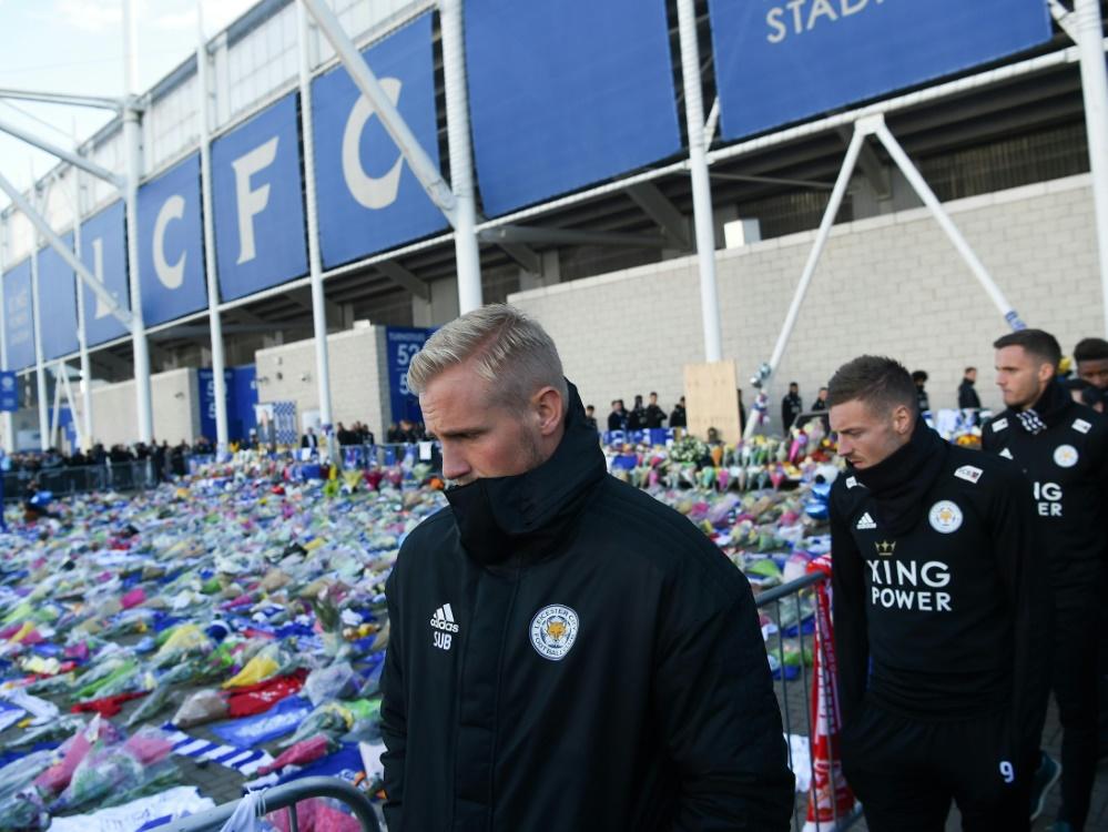 Schmeichel und Vardy trauern vor dem Stadion