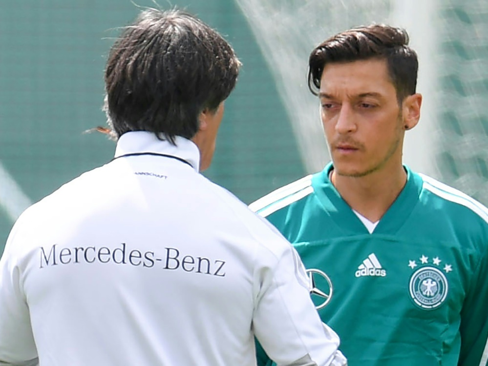 Bundestrainer Joachim Löw (l.) mit Mesut Özil