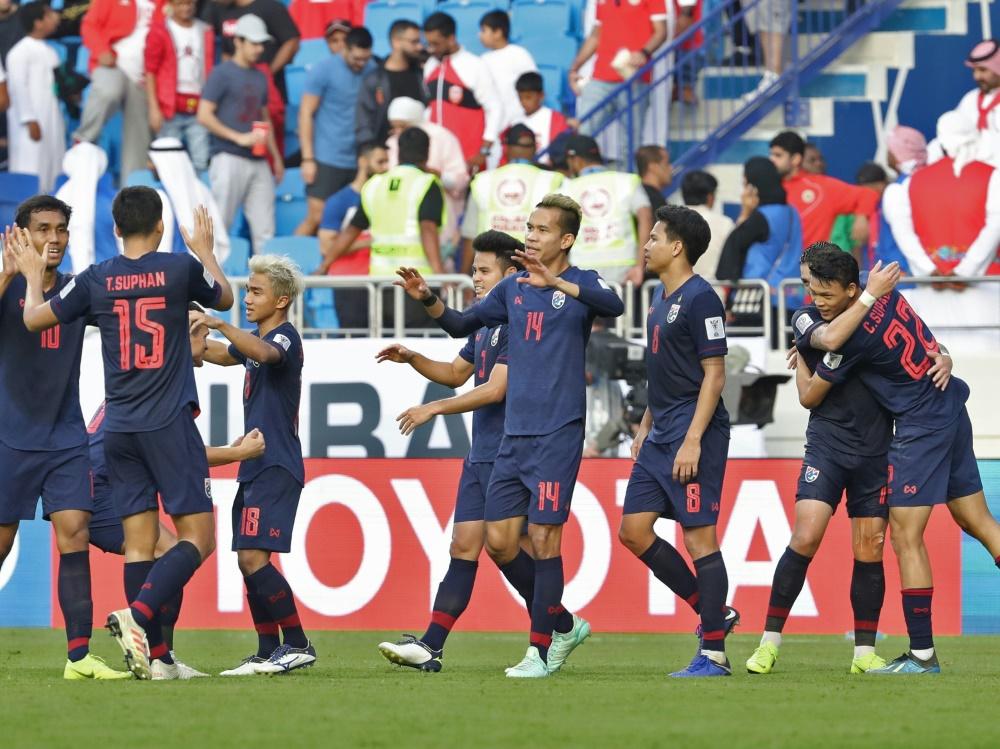 Thailands Nationalspieler feiern den Sieg gegen Bahrain