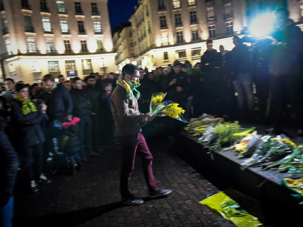 Fans des FC Nantes legen Blumen für Sala nieder