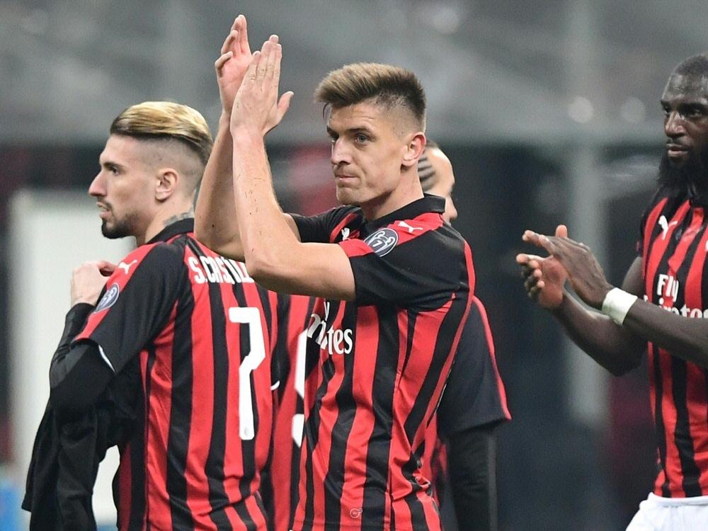 Krzysztof Piatek (Mitte) schießt Milan ins Halbfinale