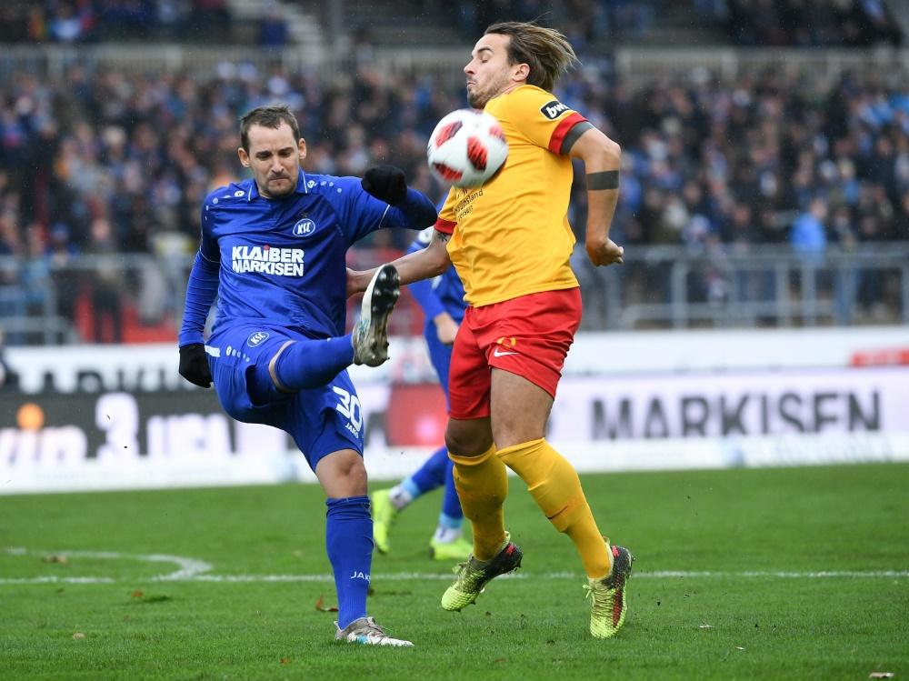 Anton Fink (l) bewahrt den KSC vor einer Niederlage