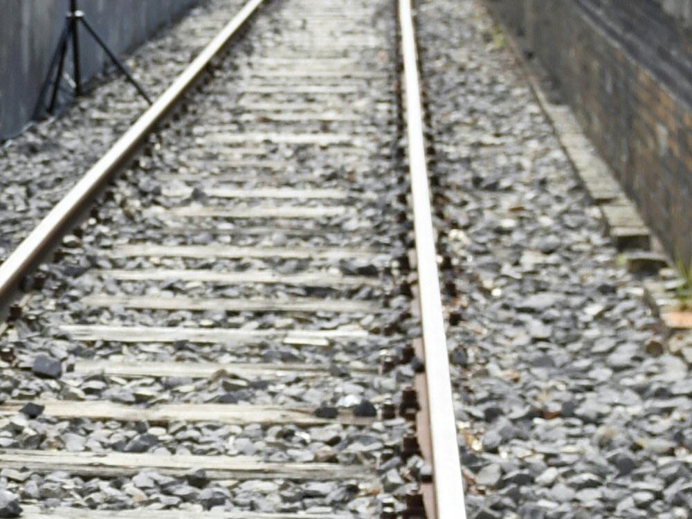 Vom Zug erfasst: Fußball-Fan ging auf den Gleisen