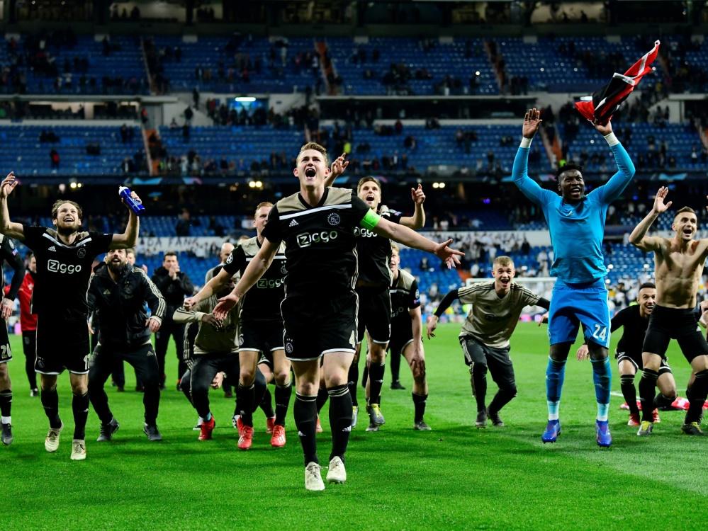 Die Ajax-Spieler feiern ihren Sieg im Bernabeu
