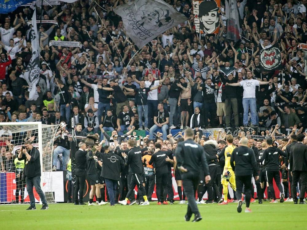 Frankfurter Fans stürmten nach Spielende den Innenraum