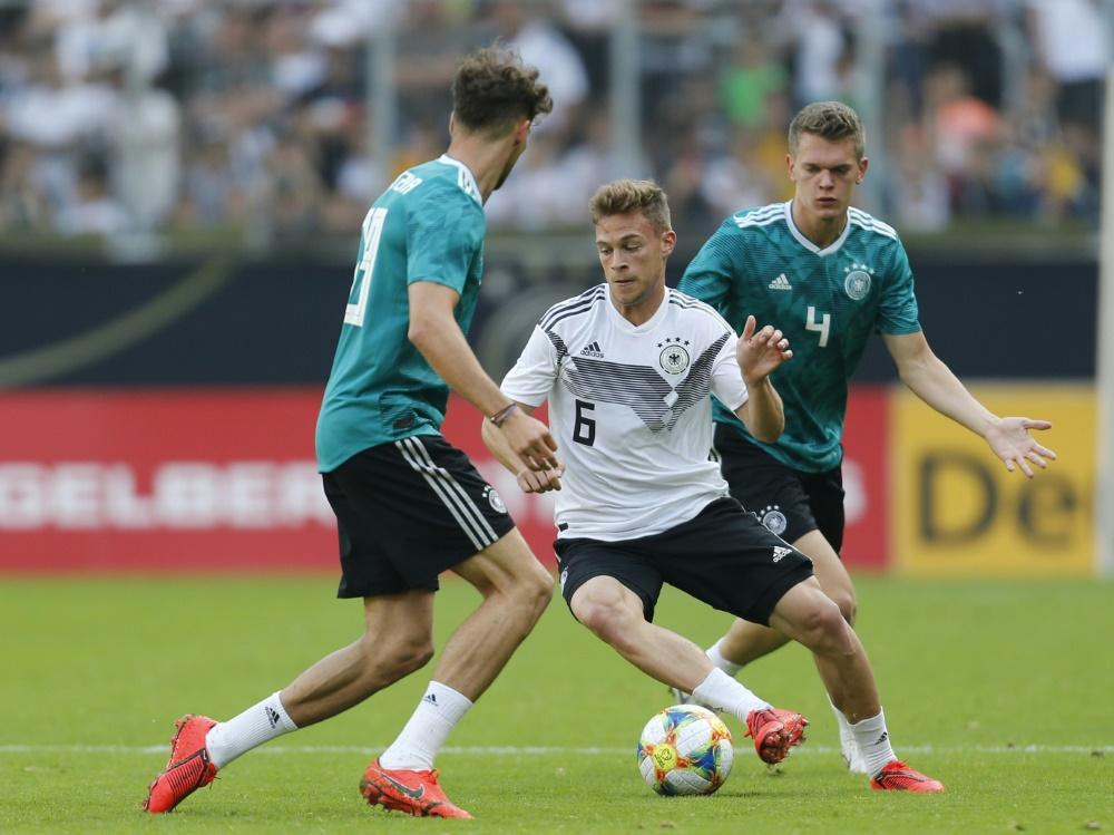 Kimmich (m.) traut der DFB-Elf Großes zu.