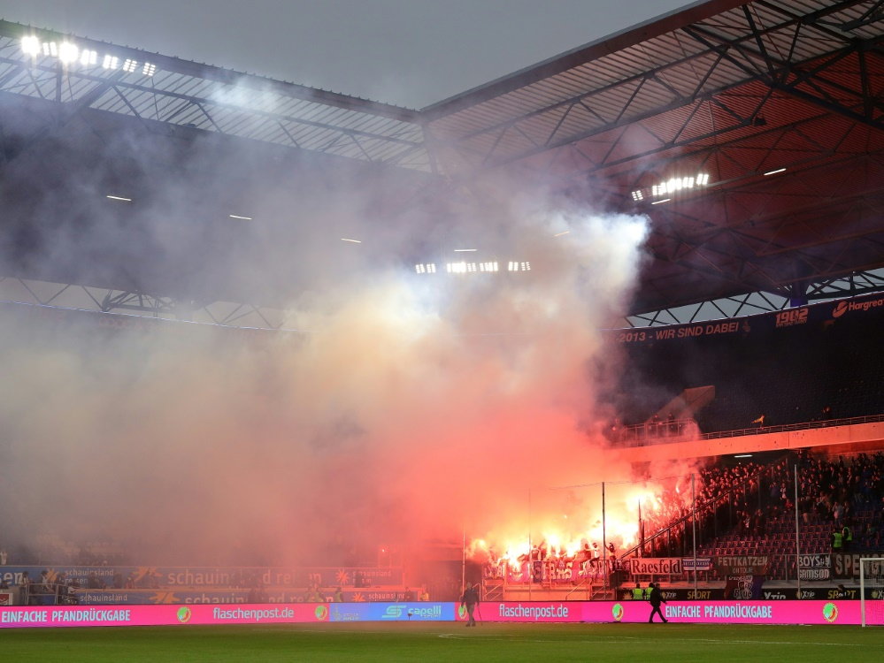 Bielefelder Fans brennen in Duisburg Pyrotechnik ab