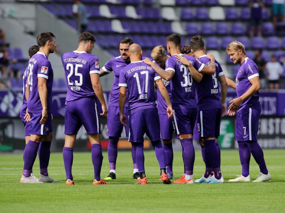 teamskreis vor matchbeginn einschwoeren Ritual Erzgebirge Aue gewann gegen Wehen Wiesbaden mit 3:2
