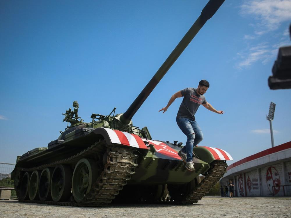 In Belgrad stellten Fans einen Panzer vor das Stadion
