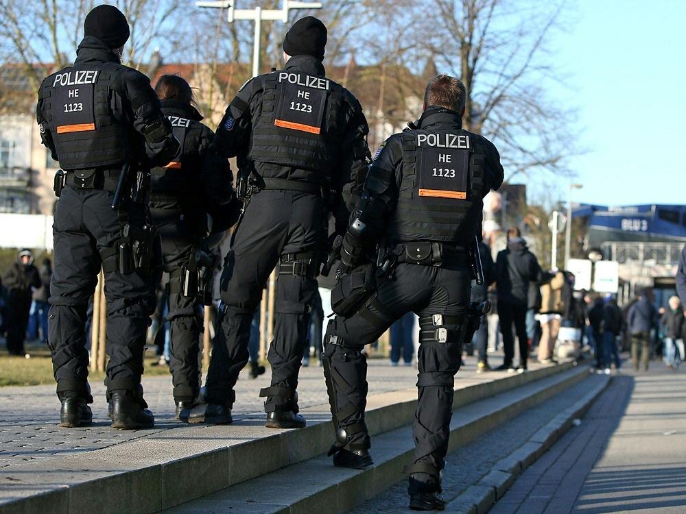 Polizei entfernt rund 120 Problemfans