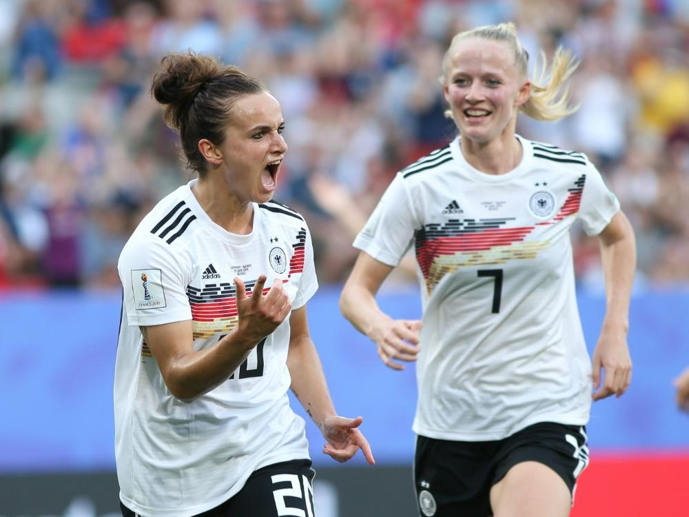 Lina Magull (l.) freut sich auf das Spiel in London