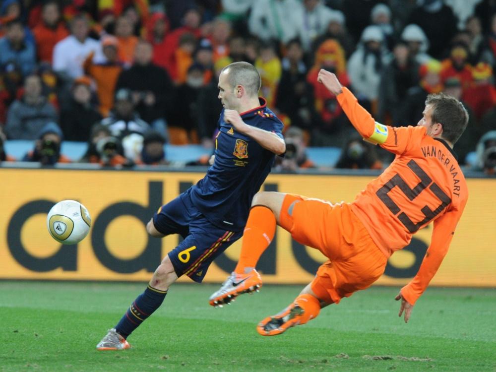 Iniesta (l.) schoss Spanien im WM-Finale 2010 zum Titel