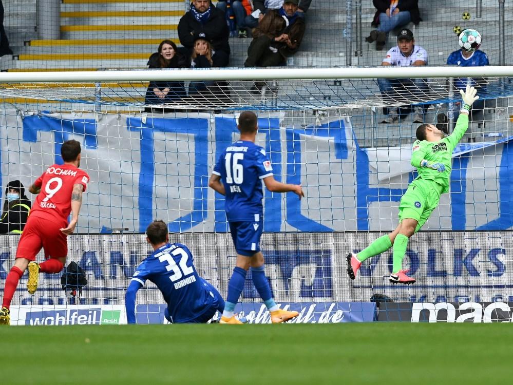 Simon Zoller (l.) trifft per Lupfer zum 1:0 für Bochum
