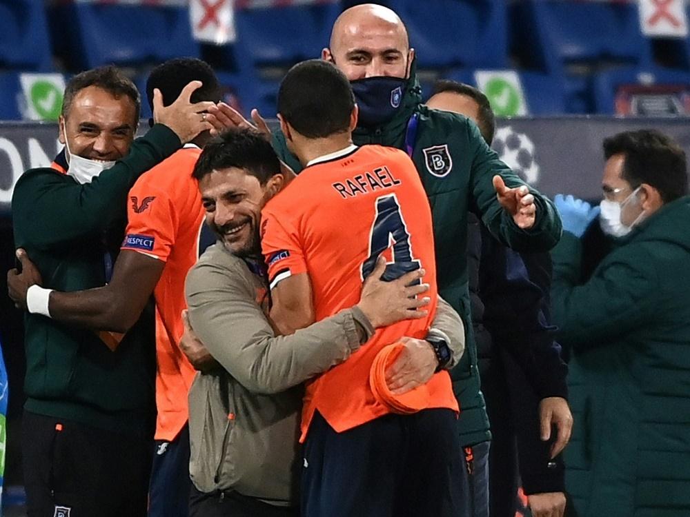Basaksehir feiert Sieg gegen Manchester United