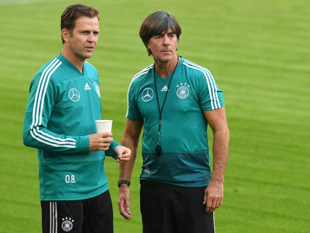 Oliver Bierhoff (l.) stärkt Joachim Löw den Rücken