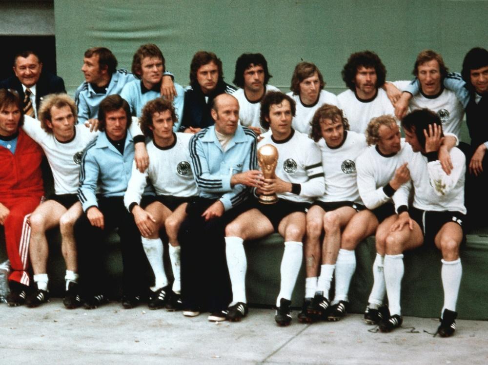 Helmut Schön (M.) gewann 1974 die WM mit Deutschland
