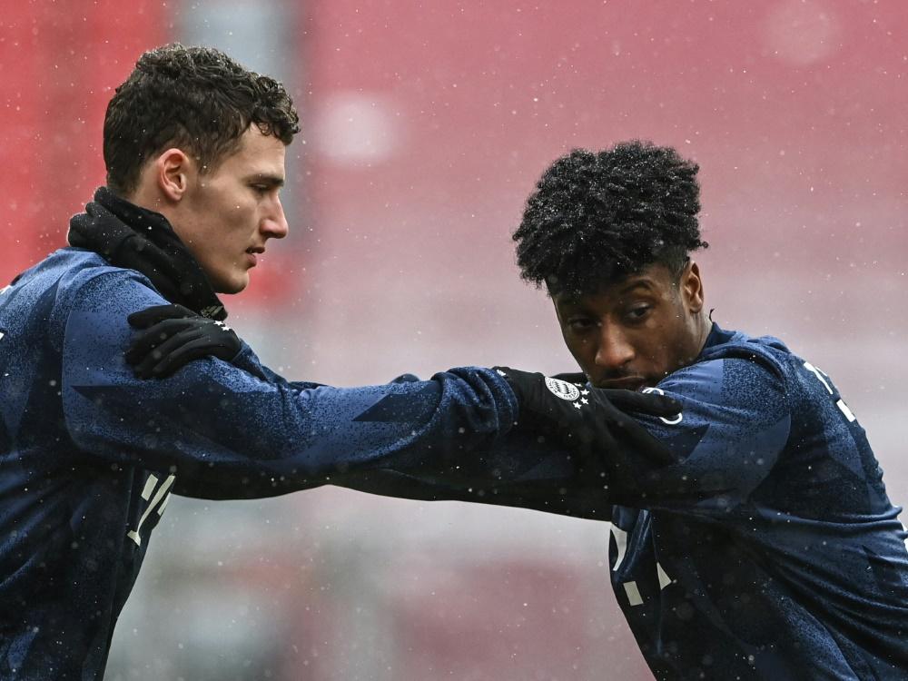 Bayern Münchens Benjamin Pavard (l.) und Kingsley Coman