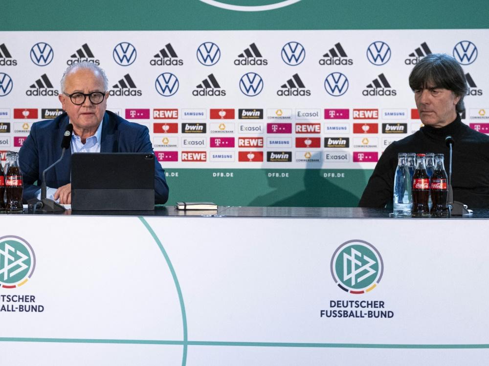 Keller (l.) gibt Bundestrainer Löw Rückendeckung