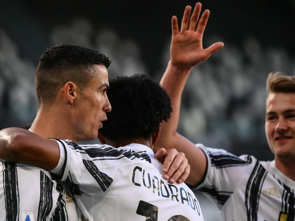 Cristiano Ronaldo (l.) trifft gegen Neapel zum 1:0