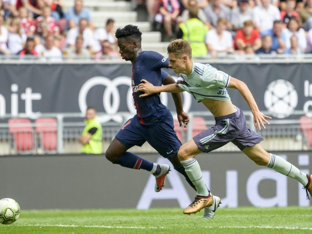 Stanisic (r.) gibt sein Bundesliga-Debüt für Bayern