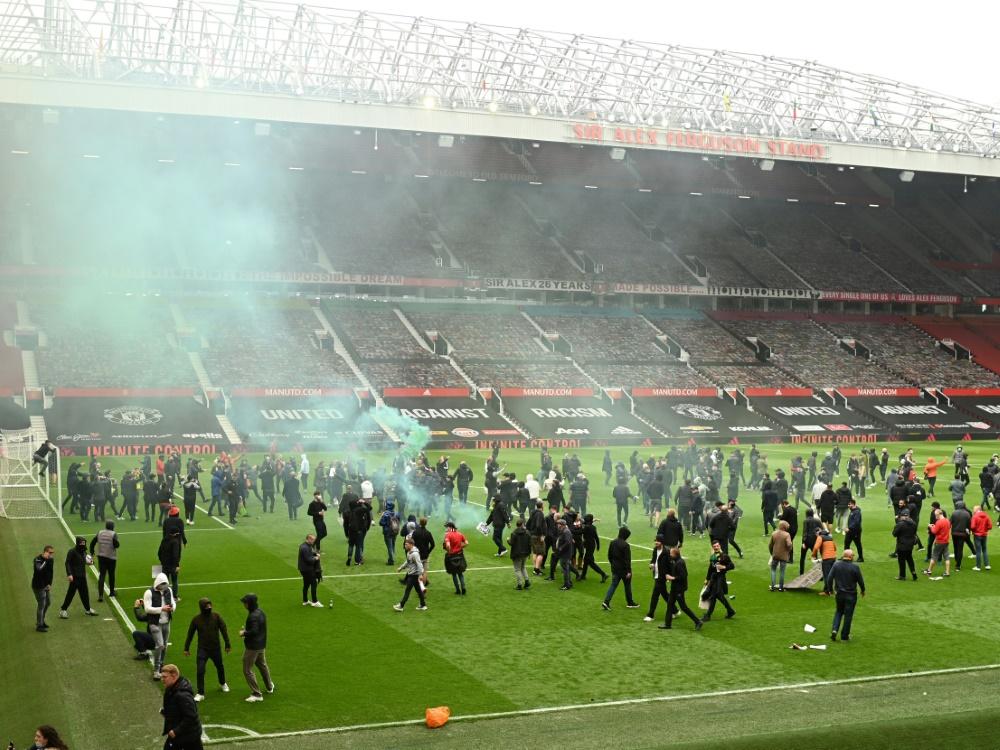 Fans drangen in das Stadion Old Trafford ein