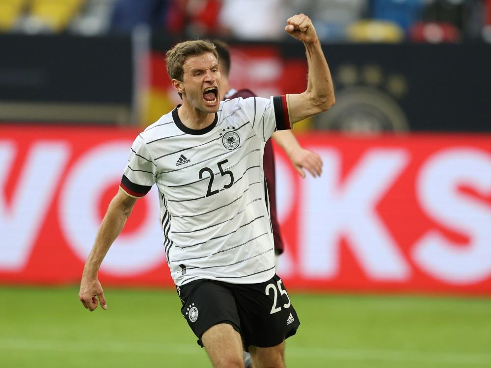 Thomas Müller heizt die deutschen Fans an
