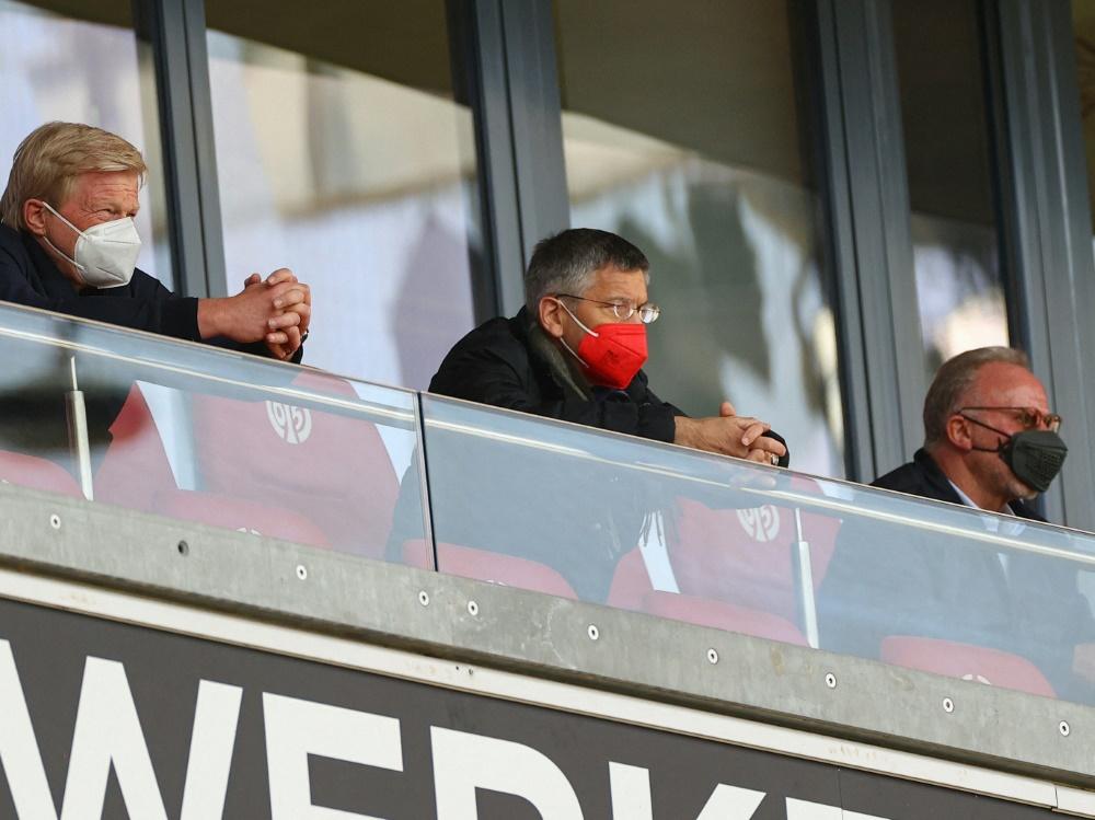 FCB-Präsident Hainer (m.) steht vor Herausforderungen