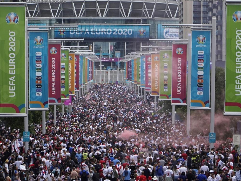 Nach den Vorfällen ermittelt die UEFA nun gegen die FA (Foto: SID)