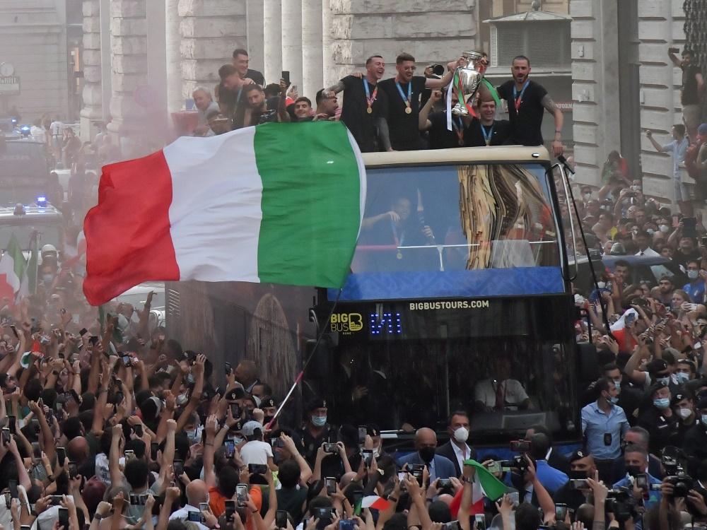 Zehntausende Fans feierten die EM-Helden in Rom (Foto: SID)