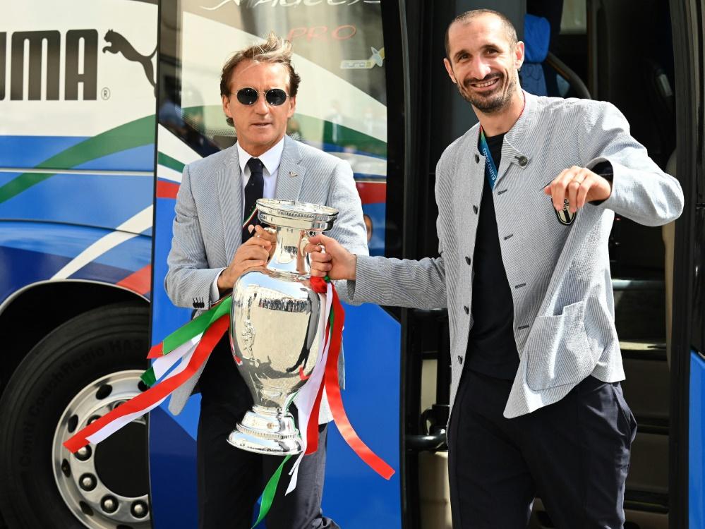 Trainer Roberto Mancini bedankt sich bei seinen Spielern (Foto: SID)