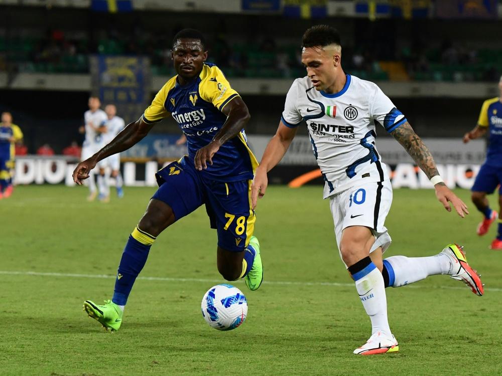 Lautaro Martinez (r.) bleibt bei Inter Mailand (Foto: SID)