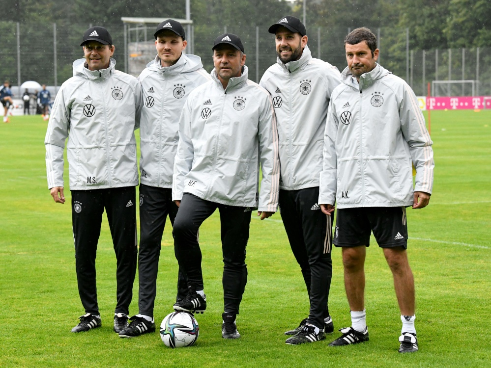 Das Trainerteam um Hansi Flick (M.) (Foto: SID)