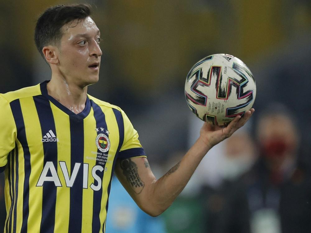Mesut Özil lädt Joachim Löw zu einem Treffen ein (Foto: SID)