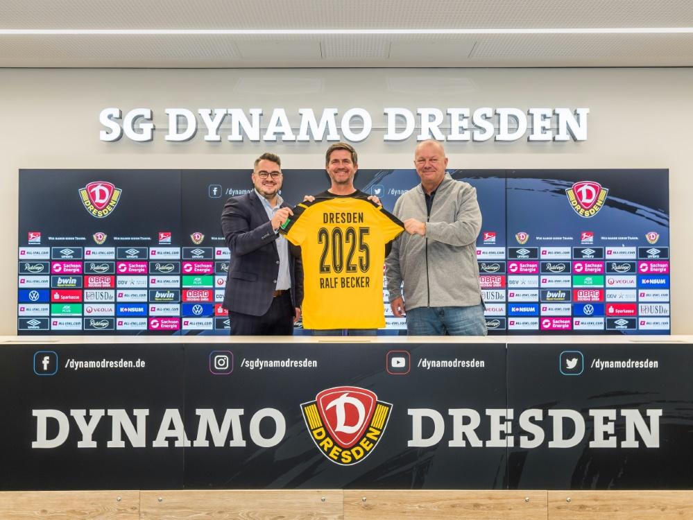 Ralf Becker (M.) bleibt Geschäftsführer in Dresden (Foto: SID)